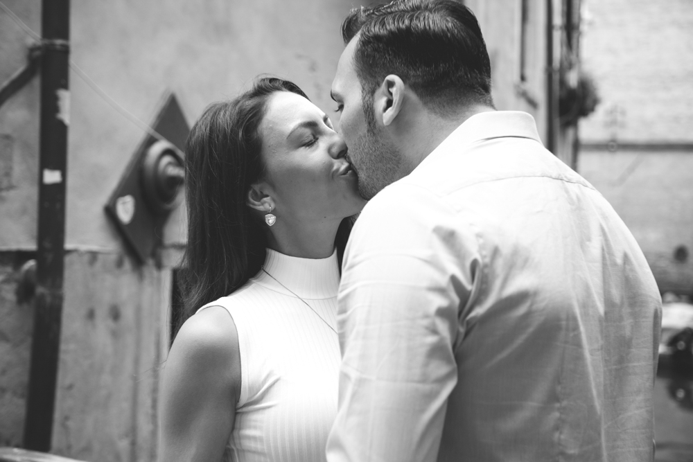 30-wedding-photographer-italy-venice-engagement-kiss